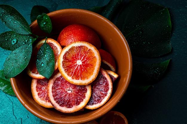 Rote orange in scheiben geschnitten in einer schüssel nahaufnahme von oben