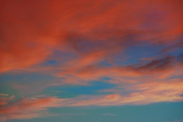 Rote orange wolken im drastischen sonnenunterganghimmel