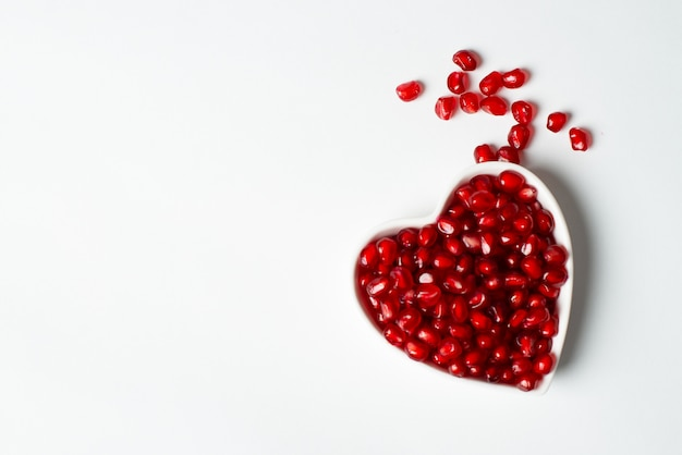 Rote organische geschmackvolle granatapfelsamen mit liebe