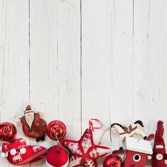 Rote ornamente mit leeren platz an der spitze