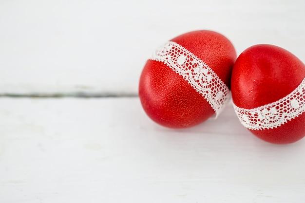 Rote ostereier auf einem weißen hintergrund