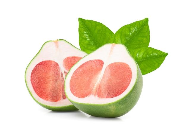 Rote pampelmuse mit blättern lokalisiert auf weiß mit schnittpfad, thailand siam rubinpampelmusenfrucht.
