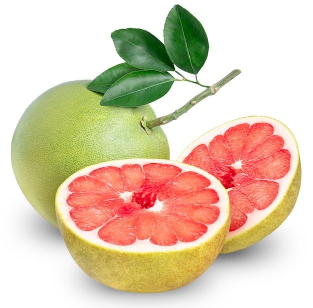 Rote pampelmuse zitrusfrucht auf weiß, ganze pampelmuse mit scheibe isoliert. (mit schnittpfad)