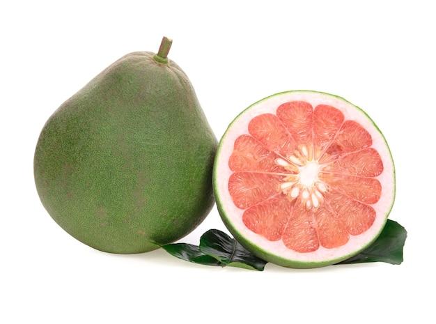 Rote pampelmuse zitrusfrucht mit blättern auf weiß isoliert