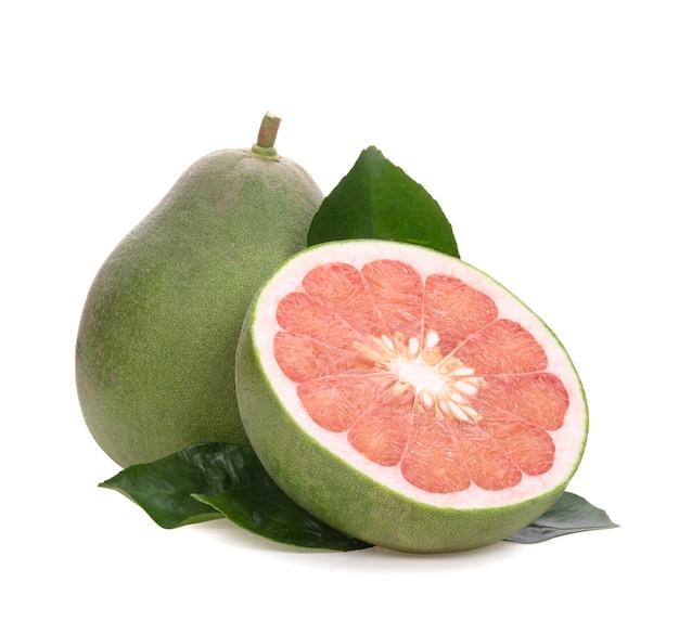 Rote pampelmuse zitrusfrucht mit blättern auf weiß