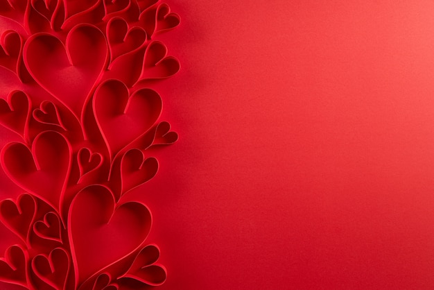 Rote papierherzen auf rotem papier