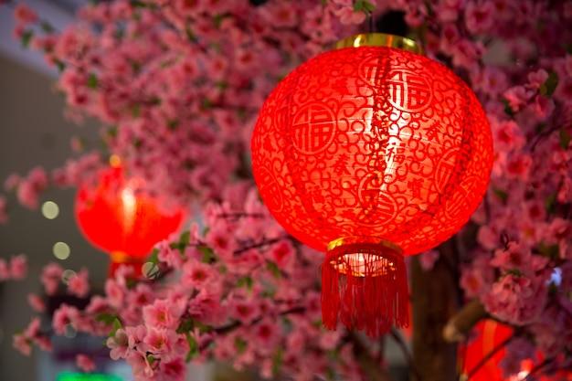 Rote papierlaternendekoration des chinesischen neujahrsfests im einkaufszentrum.