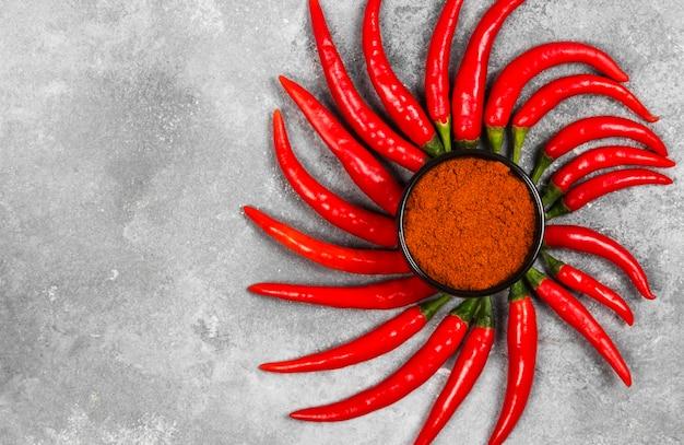 Rote paprika auf grauem hintergrund. draufsicht, kopierraum. lebensmittelhintergrund