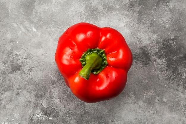 Rote paprika auf grauem hintergrund. draufsicht. lebensmittelhintergrund
