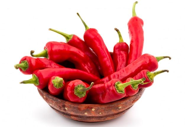 Rote paprika getrennt auf weiß