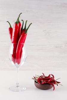 Rote paprika in der heißen roten glaspaprika in der keramikschale