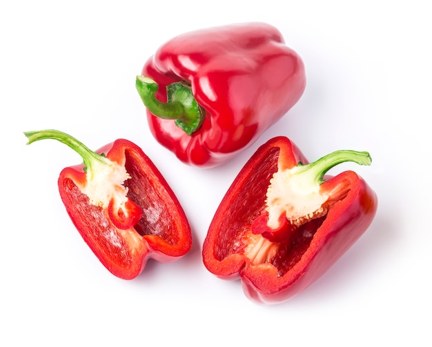 Rote paprika isoliert auf weißem hintergrund