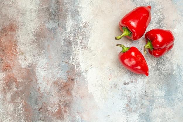 Rote paprika von oben draufsicht auf nackter oberfläche mit freiem raum