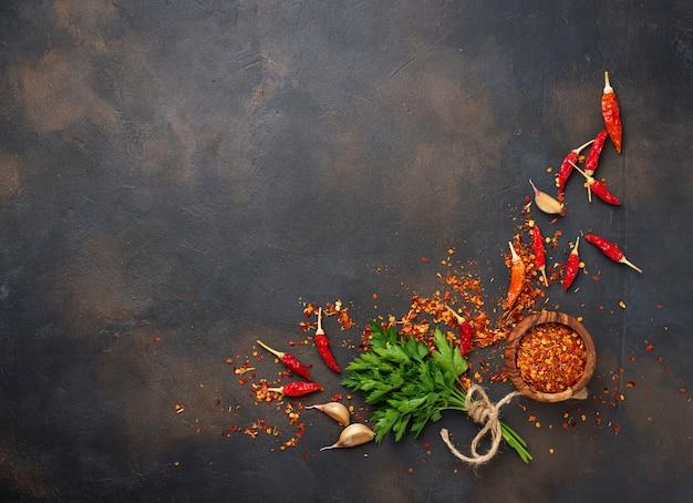 Rote paprikapfeffer, knoblauch und petersilie