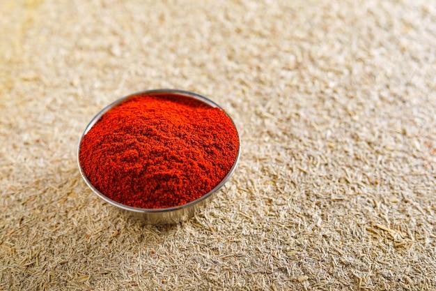Rote paprikapfefferflocken und chilipulver platzen