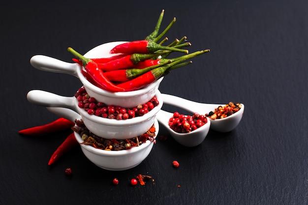 Rote paprikas der exotischen gewürze, rosa pfefferkorn und mischung des grundpaprikas