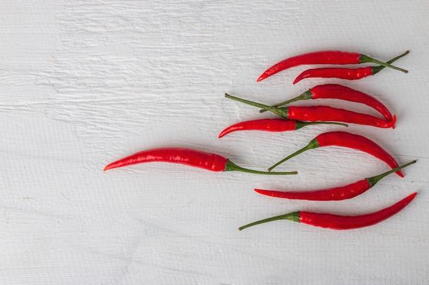 Rote paprikas für das kochen des thailändischen lebensmittels auf weißem holztisch