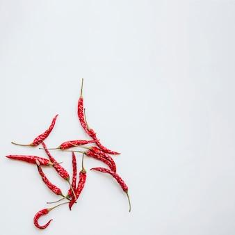 Rote paprikas gegen getrennten hintergrund