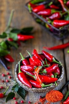 Rote peperoni als zutat in einem vegetarischen harissa-snack. traditionelle hausgemachte adjika der tunesischen und arabischen küche.