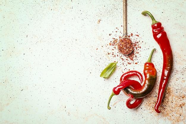 Rote peperoni auf weißer steinhintergrund-draufsicht mit kopienraum