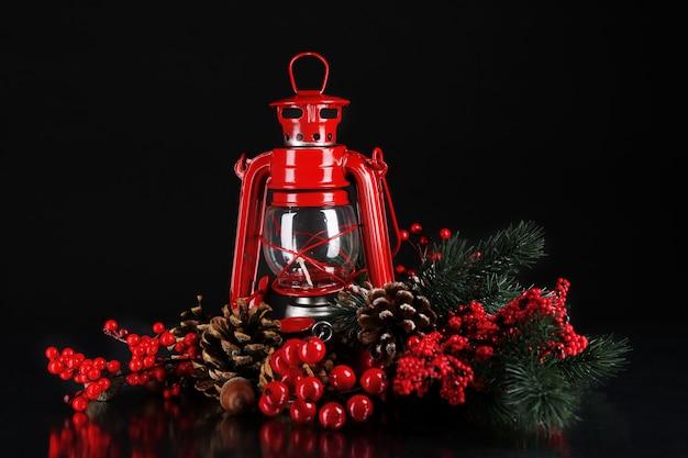 Rote petroleumlampe auf schwarzem hintergrund
