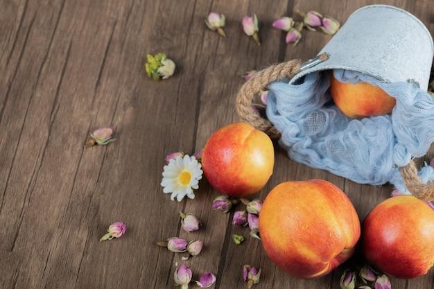 Rote pfirsiche lokalisiert auf einem blauen küchentuch