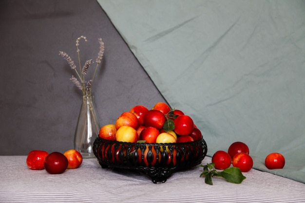 Rote pflaumen mit lavendelblüten