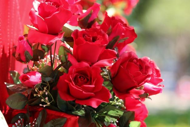 Rote plastikrosen blüht dekoration für konzepte valentinsgruß