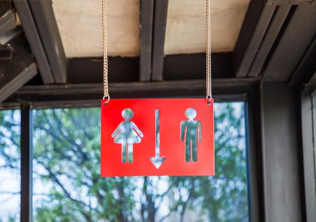 Rote platte wc-zeichen unter der decke hängen