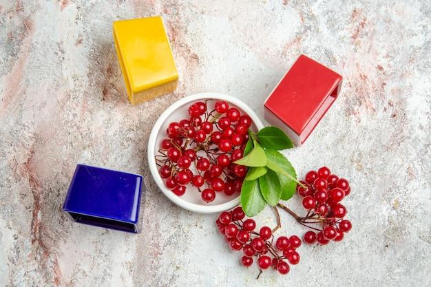 Rote preiselbeeren der draufsicht frische früchte auf roten beerenfrüchten der weißen tabelle