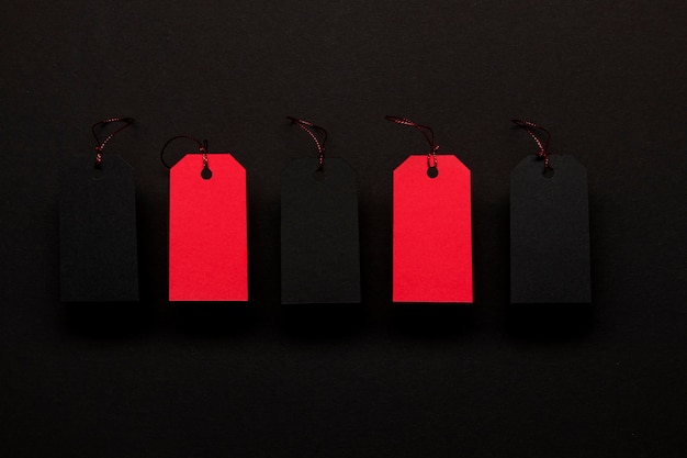 Rote preisschilder auf schwarzem hintergrund