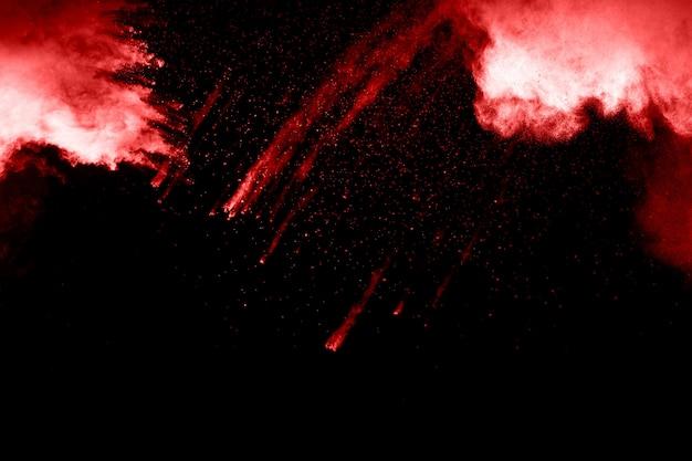 Rote puderexplosion auf schwarzem hintergrund