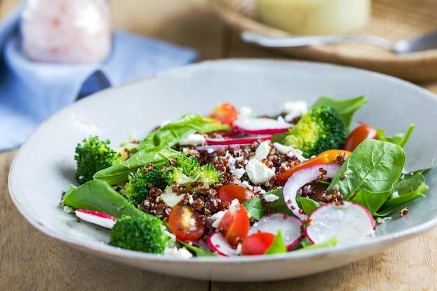 Rote quinoa mit spinat und feta-käse-salat von tahini-dressing