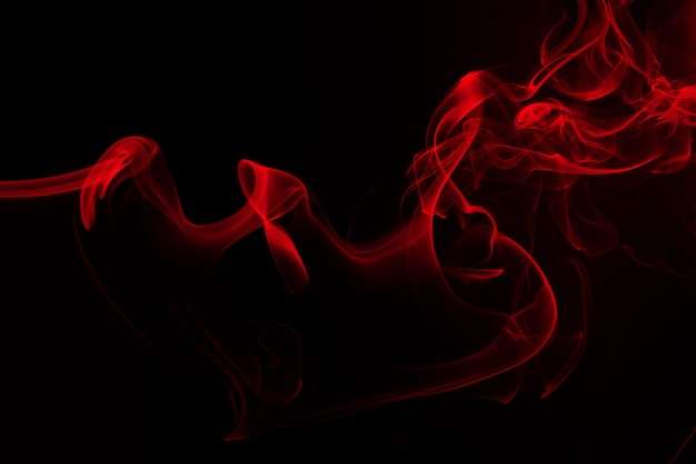 Rote rauchzusammenfassung auf schwarzem hintergrund. feuer design