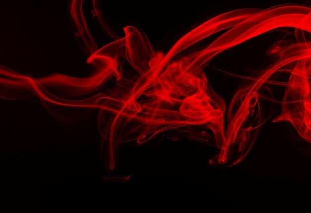 Rote rauchzusammenfassung auf schwarzem hintergrund. feuer
