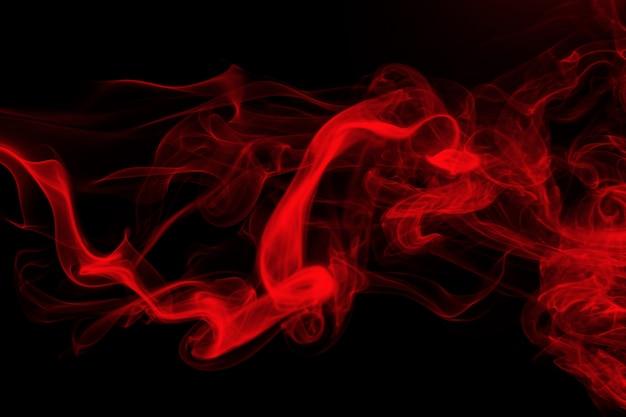 Rote rauchzusammenfassung auf schwarzem hintergrund, feuerdesign