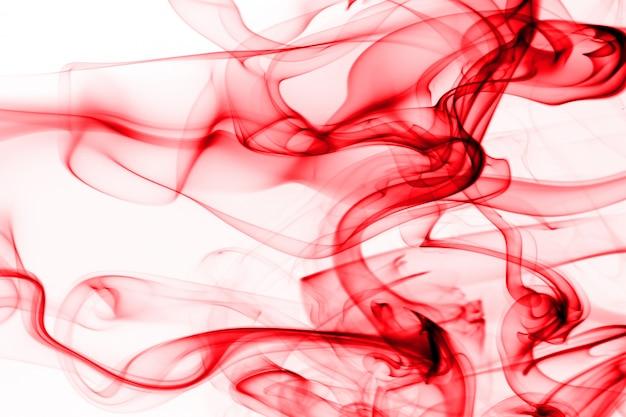 Rote rauchzusammenfassung auf weißem hintergrund, bewegung der roten tintenfarbe