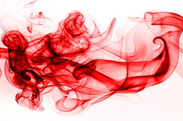 Rote rauchzusammenfassung auf weißem hintergrund, bewegung der tintenwasserfarbe