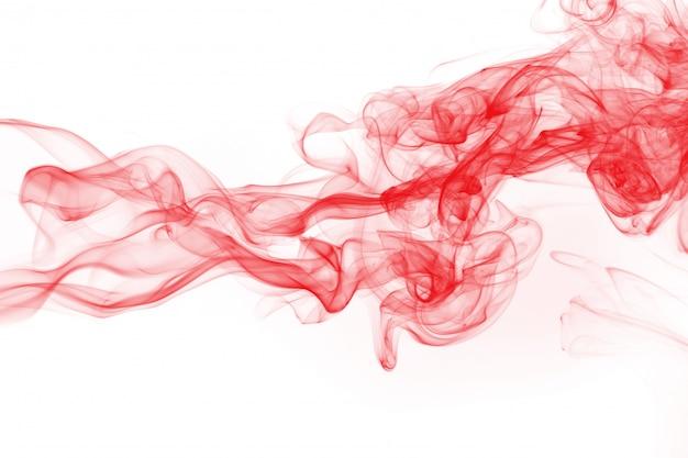 Rote rauchzusammenfassung auf weißem hintergrund, feuerdesign