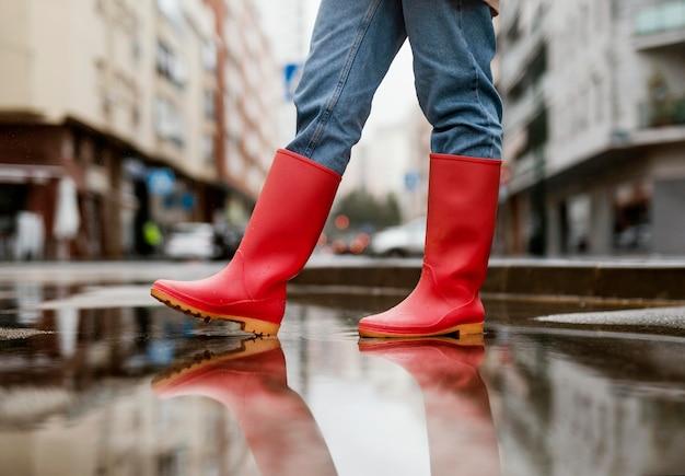 Rote regenstiefel auf der straße