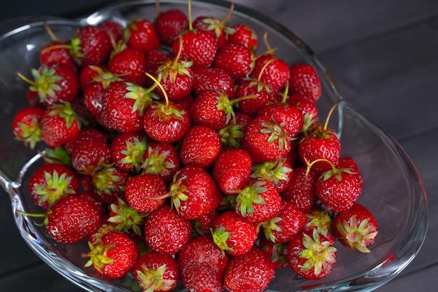 Rote reife erdbeeren in einer vase