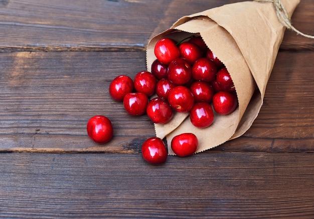Rote reife kirsche in einer papiertüte