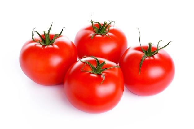 Rote reife tomaten lokalisiert auf weißem hintergrund. hochwertiges foto