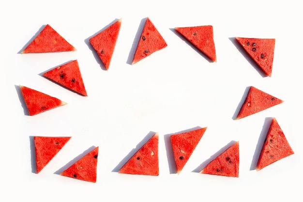 Rote reife wassermelone geschnitten auf einem weißen hintergrund. draufsicht