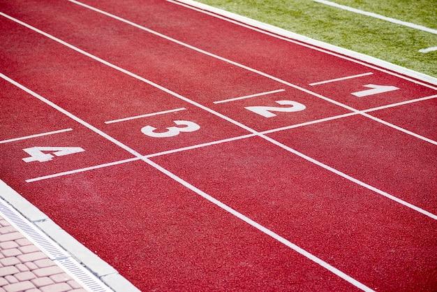 Rote rennstrecke der leichtathletikbahnspurnummern