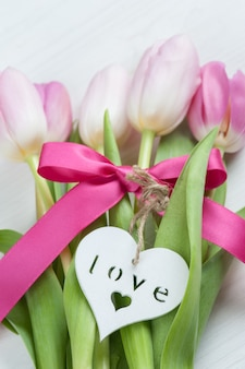 Rote rosa tulpen mit rotem band