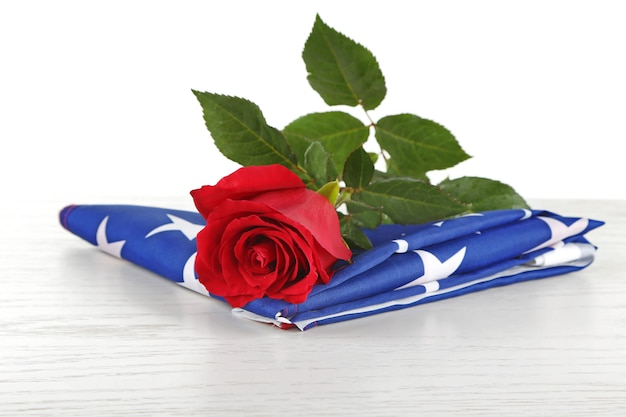 Rote rose auf amerikanischer flagge