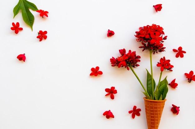Rote rose blumen anordnung im postkartenstil
