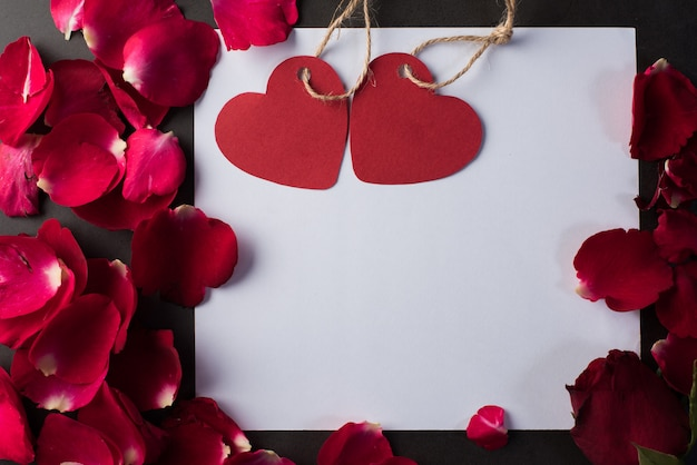 Rote rose mit weißer karte