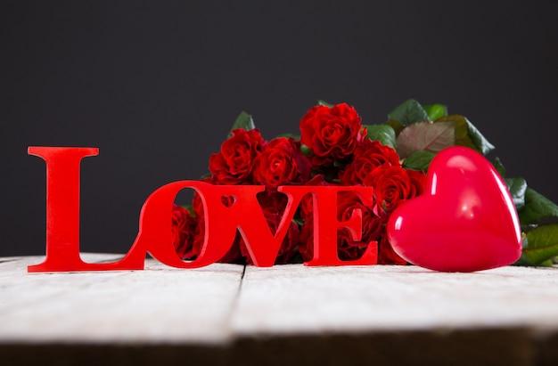 Rote rosen, herz und liebeszeichen
